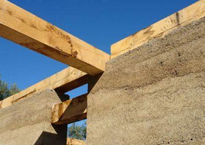 CANTÓ se ha formado en la construcción de casas ecológicas, especializándose en la construcción con tierra, en concreto el tapial